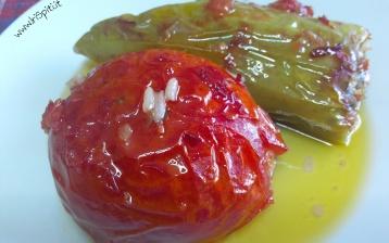 Peperoni ripieni e pomodori